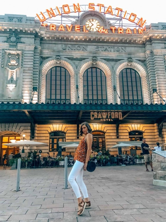 Evereve animal print tank and white pants outside of Denver's Union Station